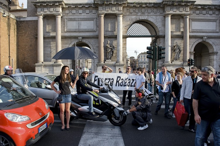 oakley-guerilla-marketing-flash-mob-Italy